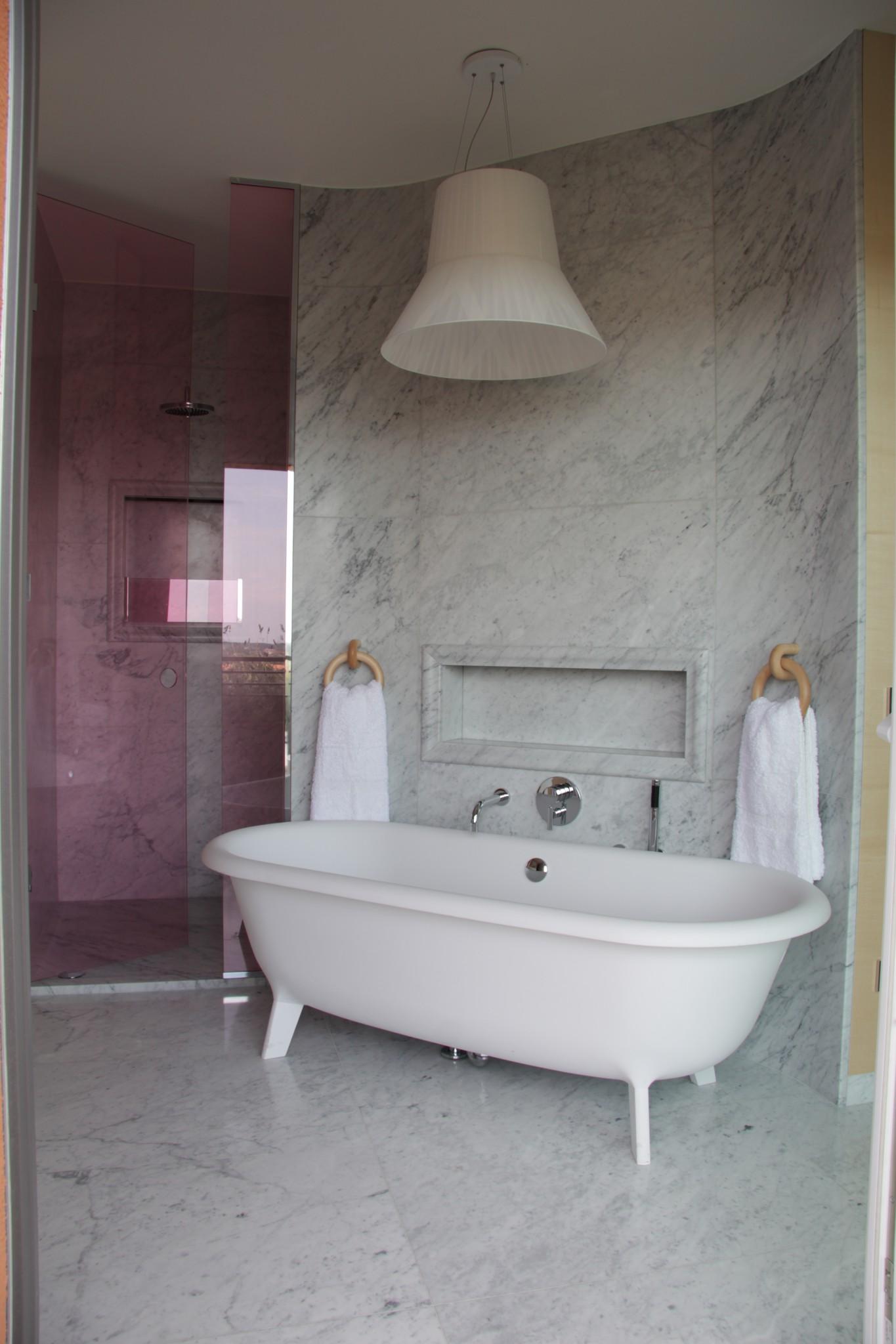 Bagno con lavorazioni in marmo (Marmi Valmalenco)