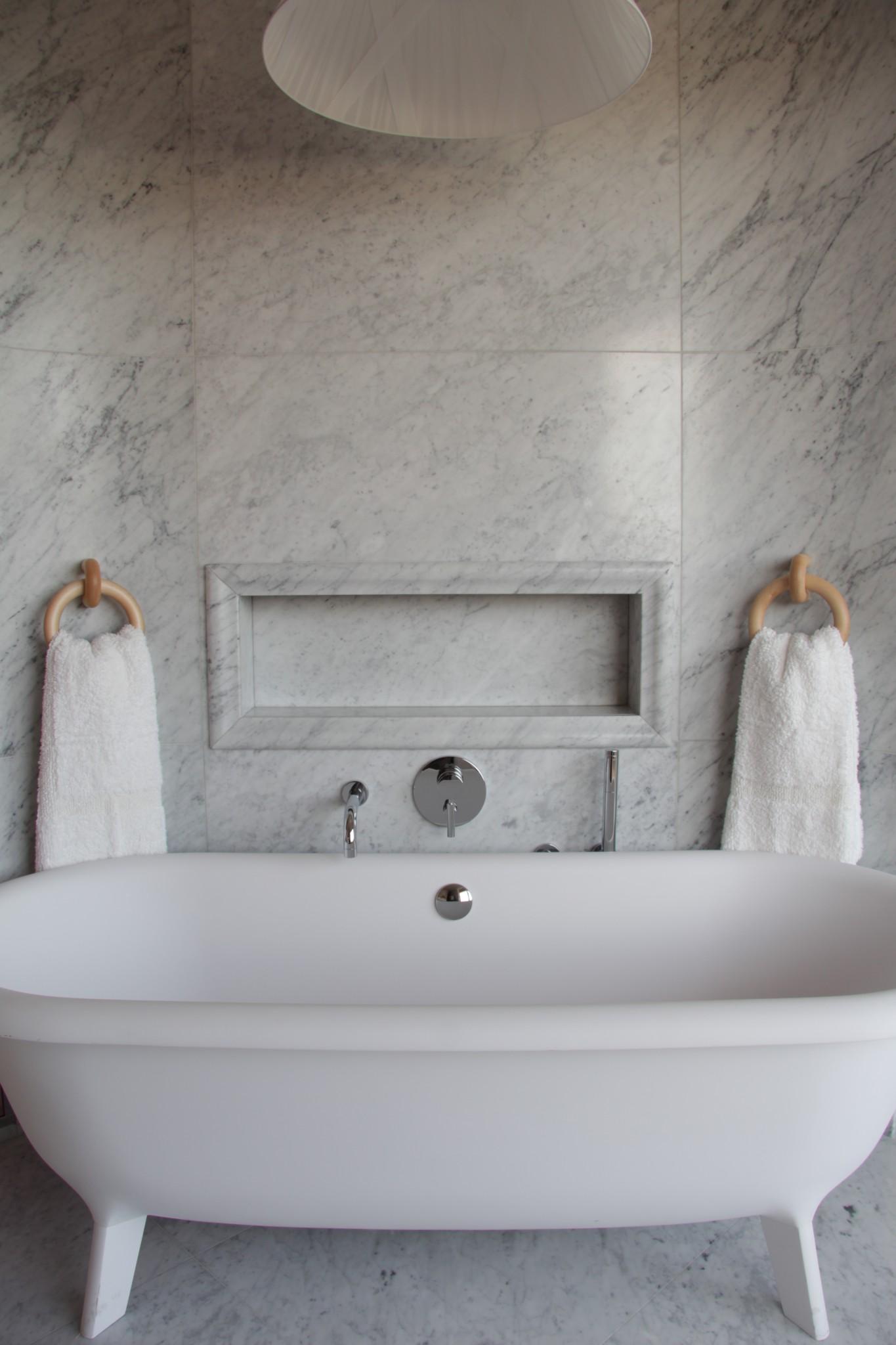 Dettagli di un rivestimento in bagno in marmo (Marmi Valmalenco)