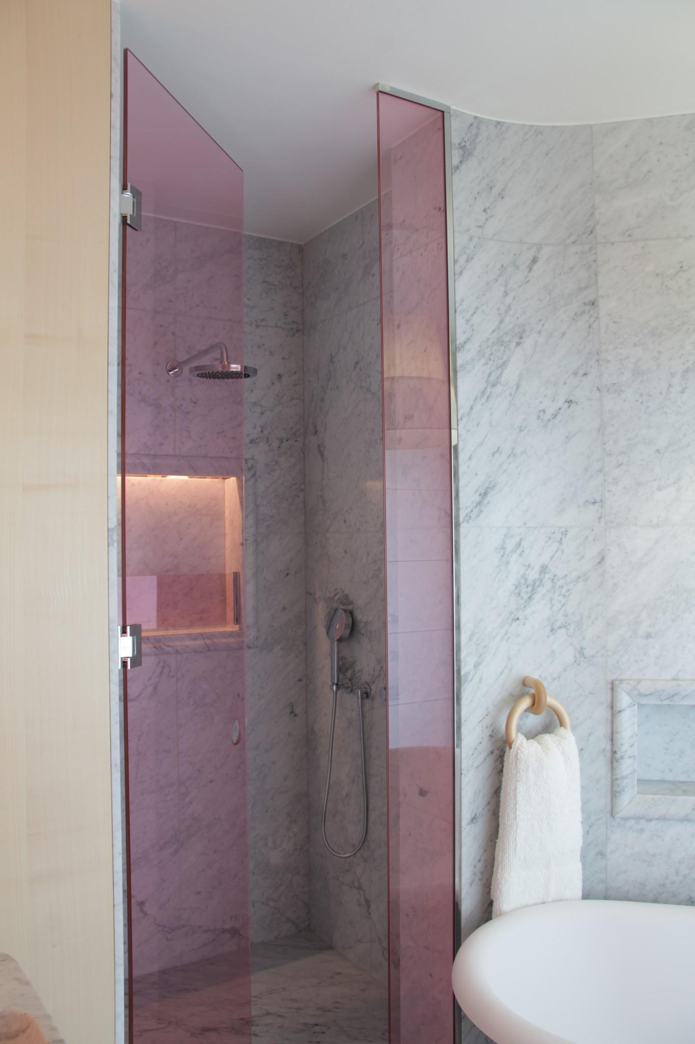 Bagno in marmo con speciali colorazioni calde (Marmi Valmalenco)