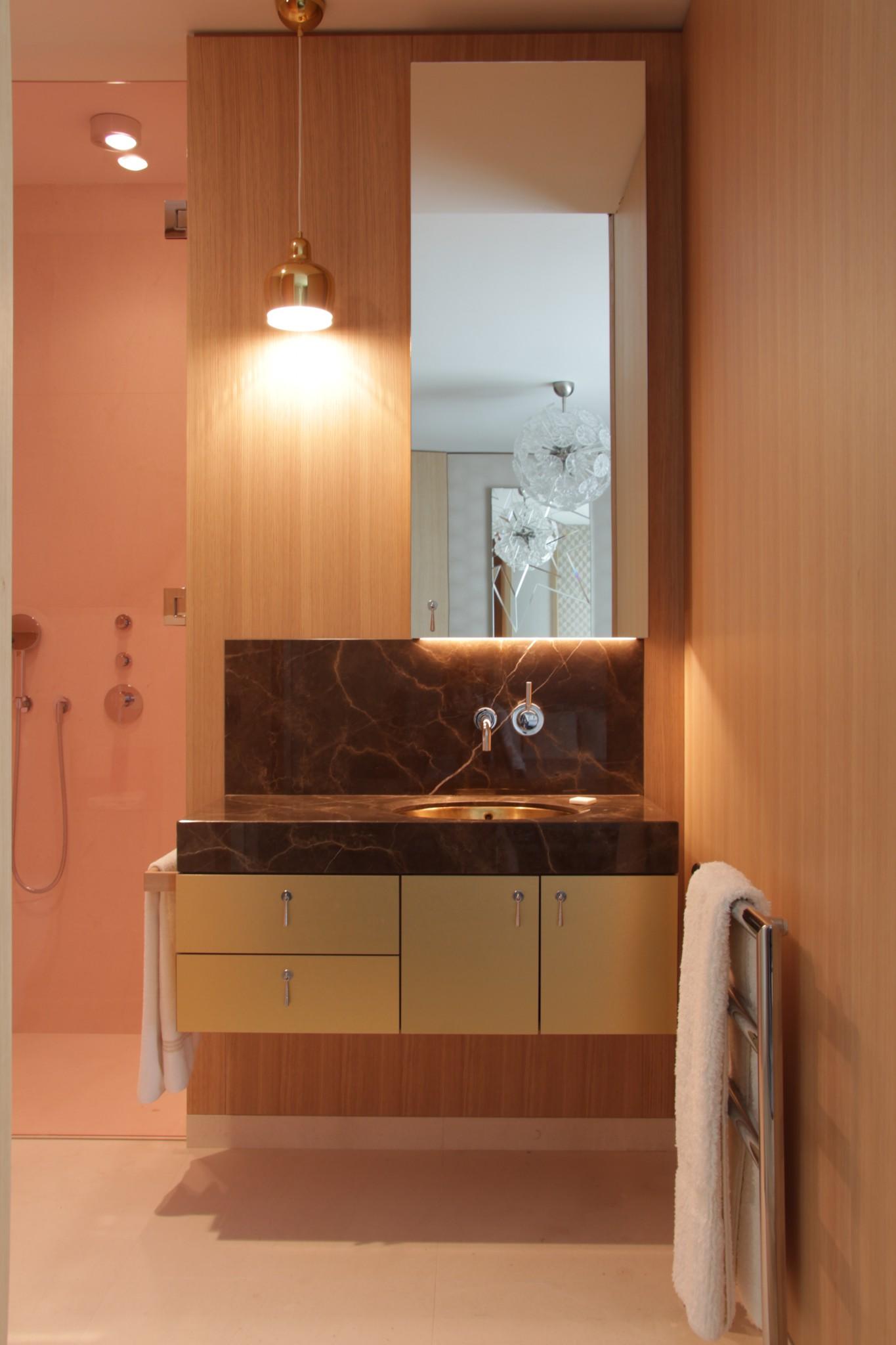 Piano del bagno e lavabo in marmo realizzazione per casa privata