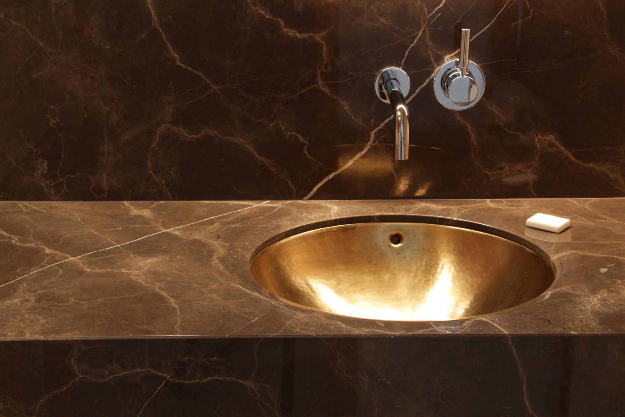 Piano del bagno con lavabo realizzato da Marmi Valmalenco