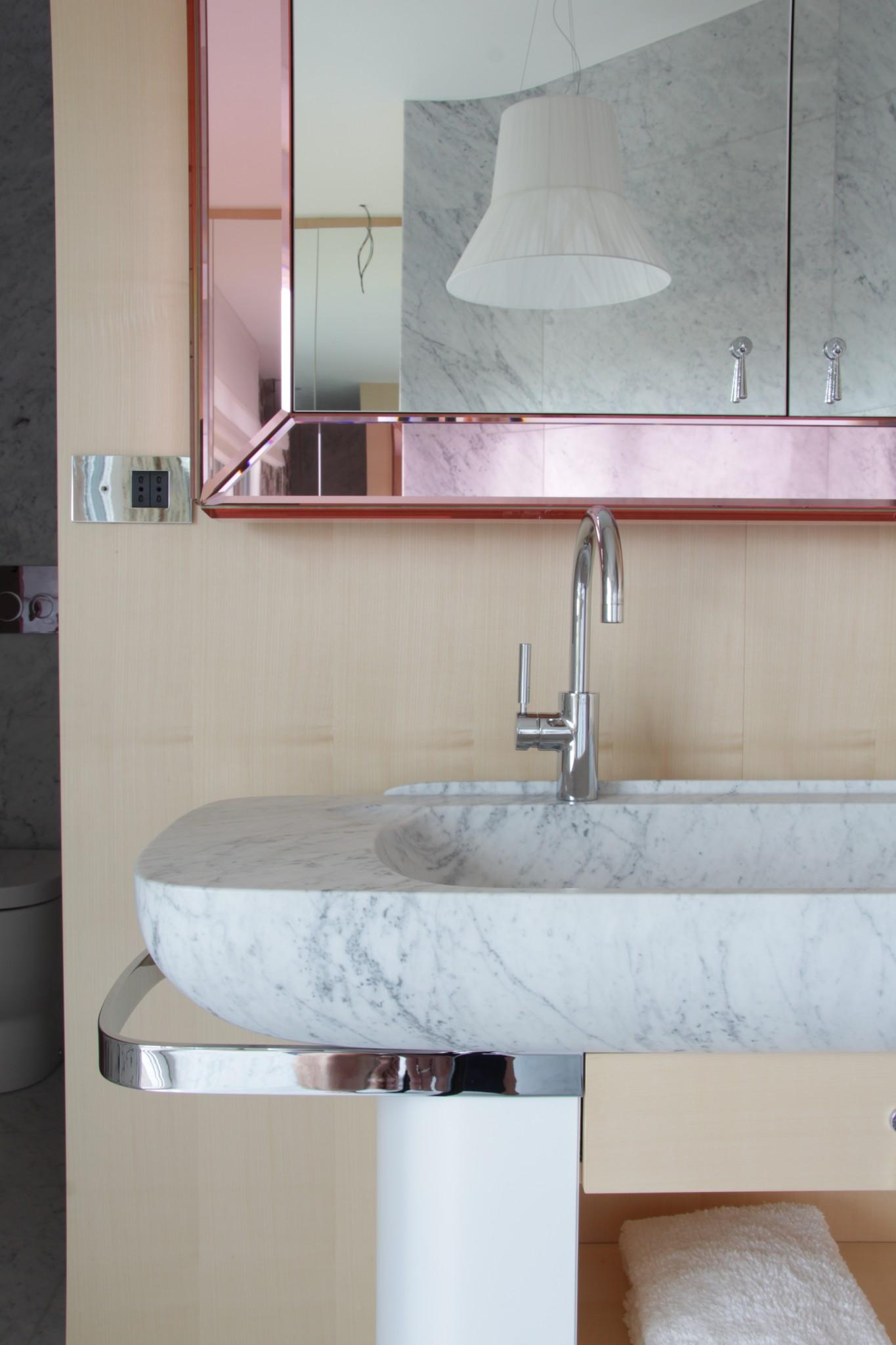 Lavabo in casa privata realizzato con marmi della Valmalenco