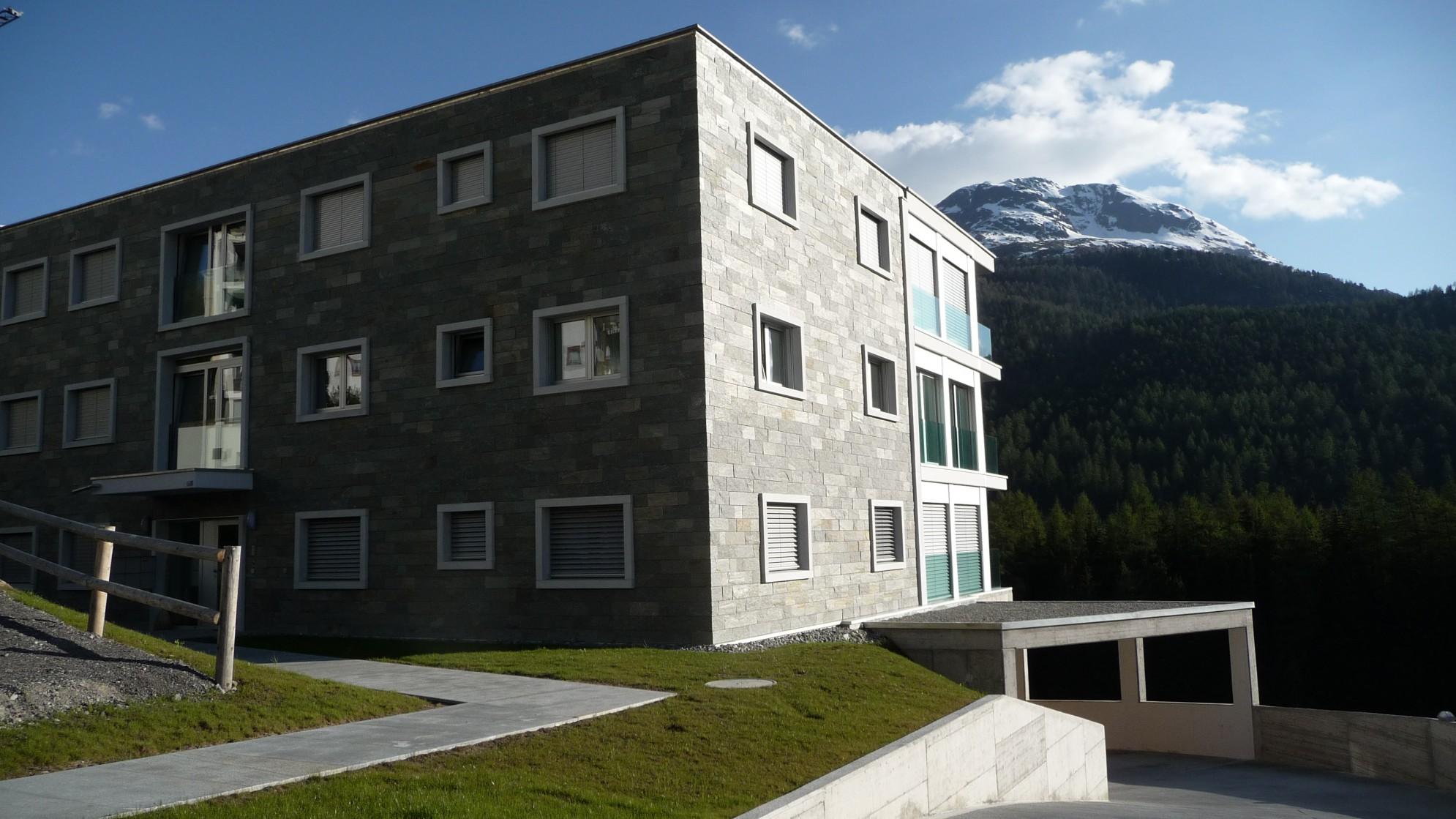 Lavorazione pietra e derivati su edificio in marmo della Valmalenco