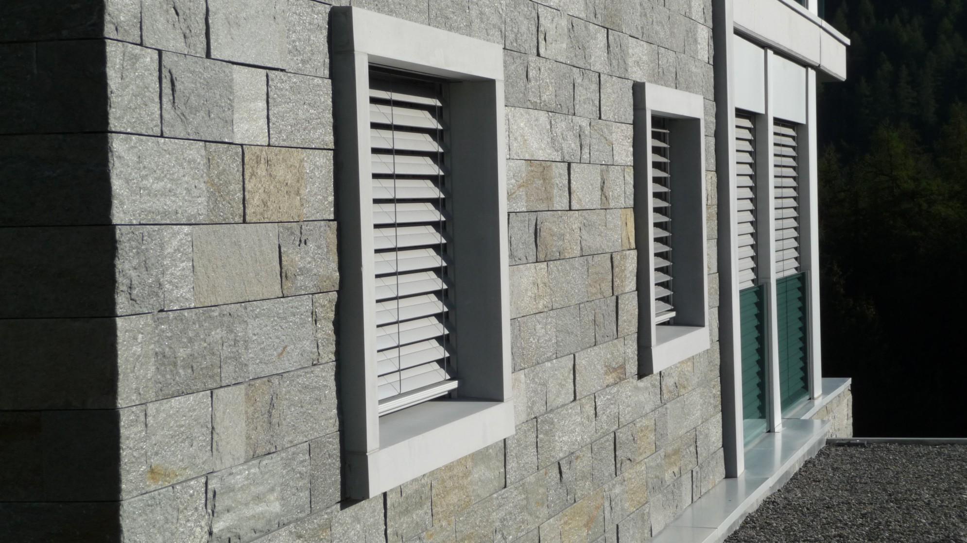 facciata di un edificio in marmo della Valmalenco