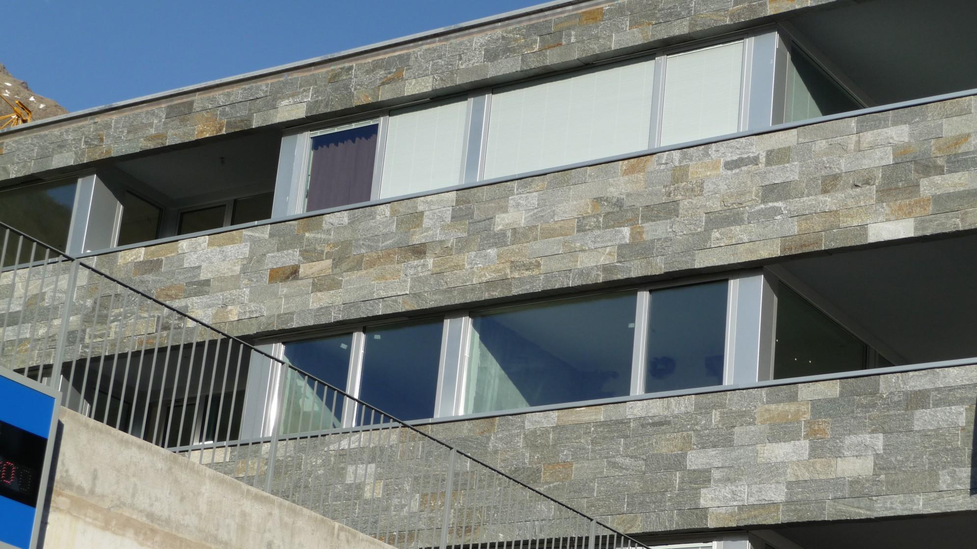Facciata edificio in marmo della Valmalenco
