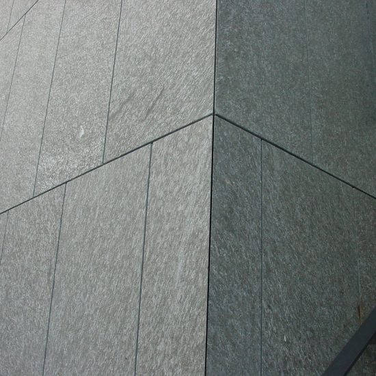 Parete edificio in granito e marmo della Valmalenco