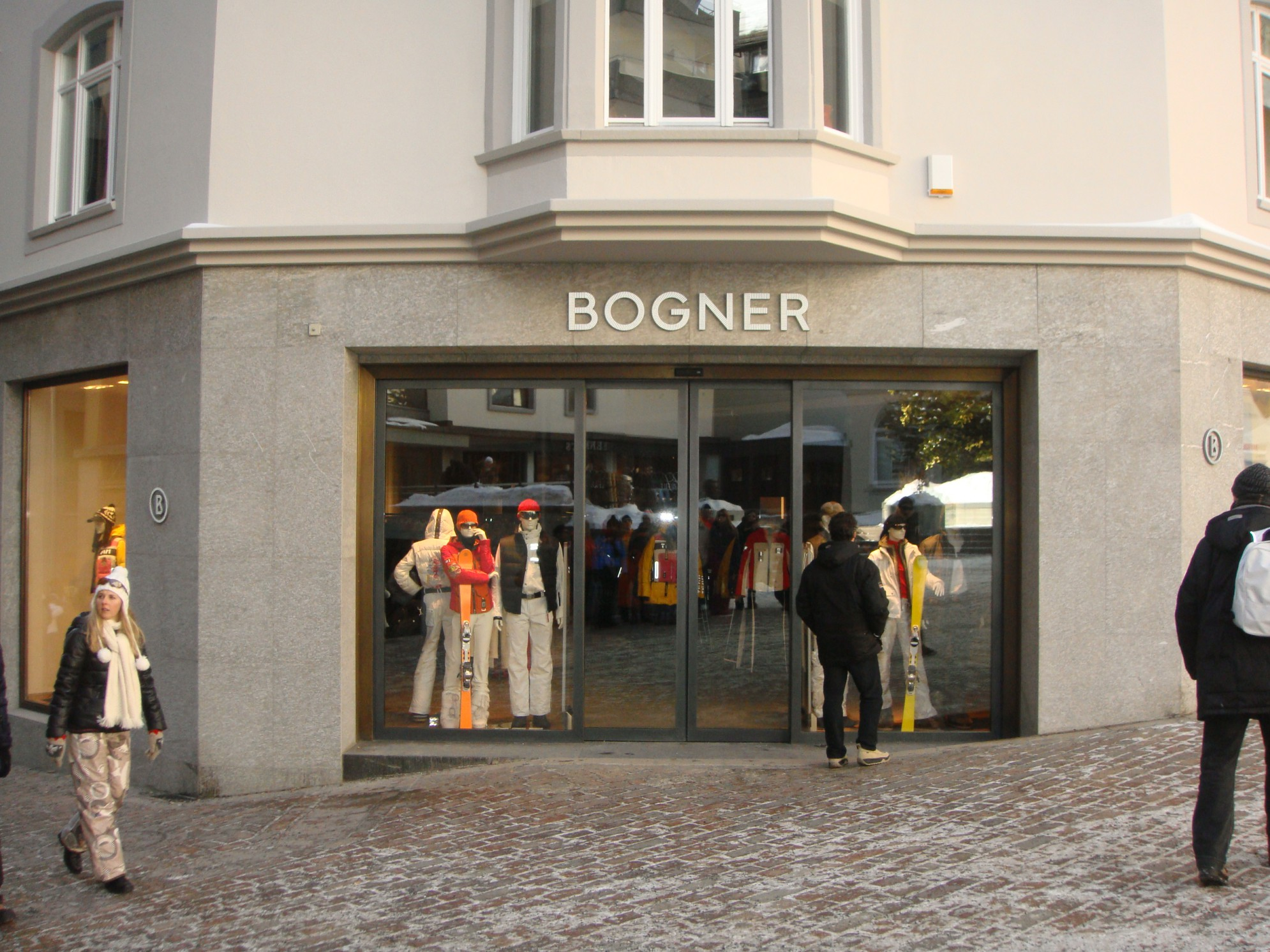 Le vetrine allestite stagione invernale del Negozio Bogner - Saint Moritz
