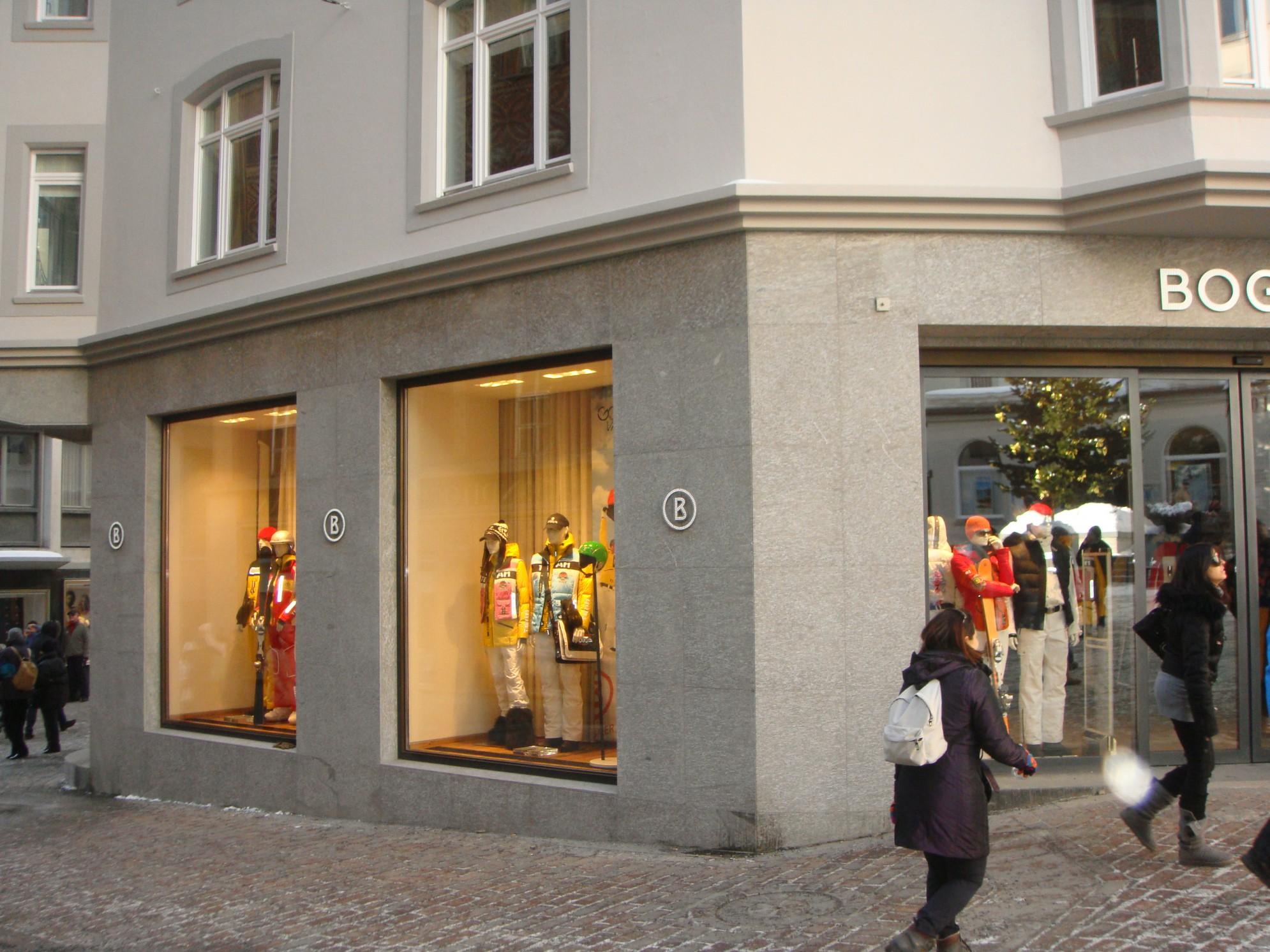 Le tre vetrine del Negozio Bogner inserito su edificio in marmo della valmalenco