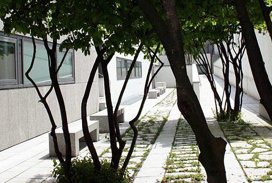 Giardino università Salisburgo con realizzazioni in marmo
