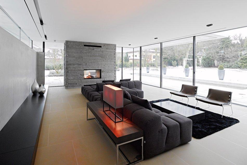 HouseM a Grunwald - Germany - foto soggiorno con caminetto rivestito in marmo