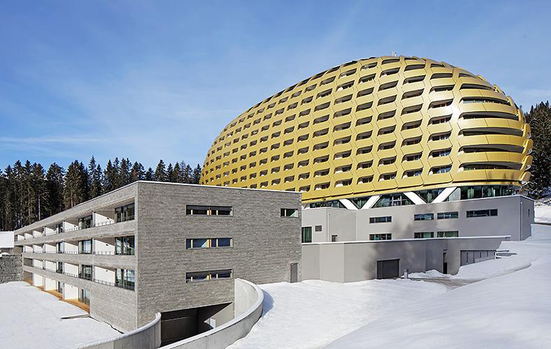 Utilizzo di marmi e serpentino presso esterno dell'hotel a Davos in Svizzera