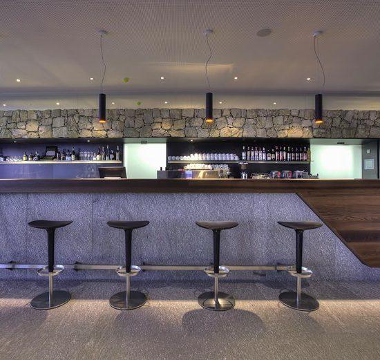RIvestimento del bancone bar con marmo