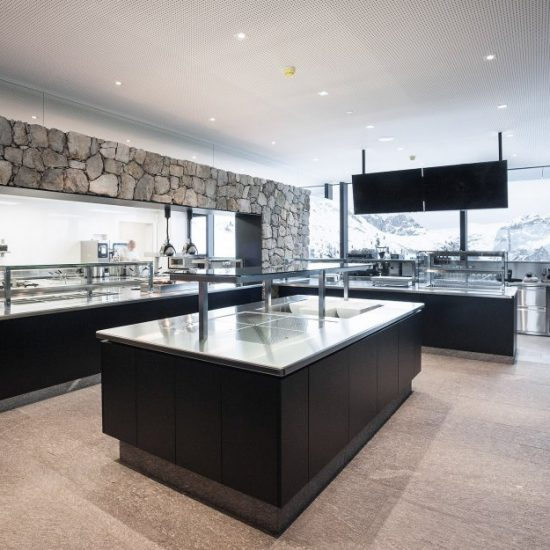Area buffet con rivestimenti in marmo