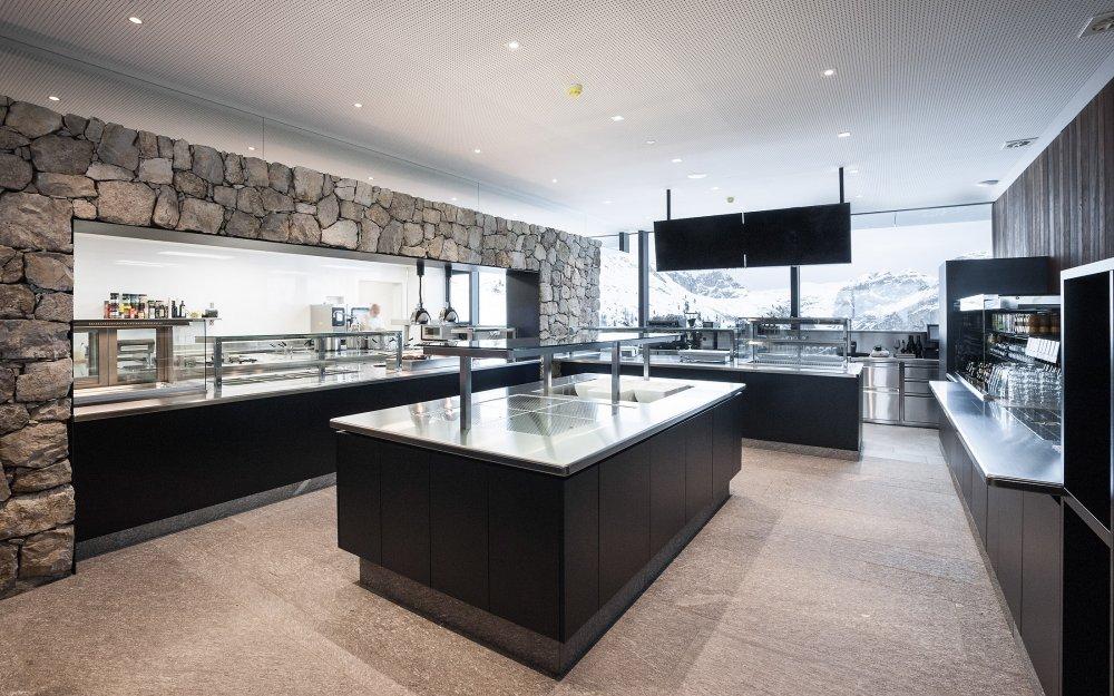 Area buffet con rivestimenti in marmo